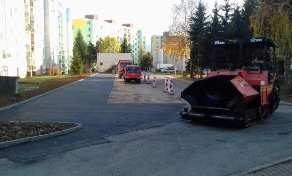 Časť nového parkoviska na Kyjevskej je už vyasfaltovaná
