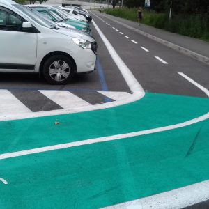 Cyklotrasa vedie okrajom parkoviska na Mládežníckej