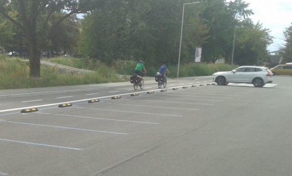 Okolo parkoviska pribudli dorazy, pre bezpečnosť cyklistov