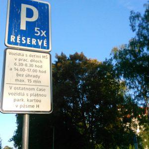 Na vyznačených parkovacích miestach pri školách neplatíte
