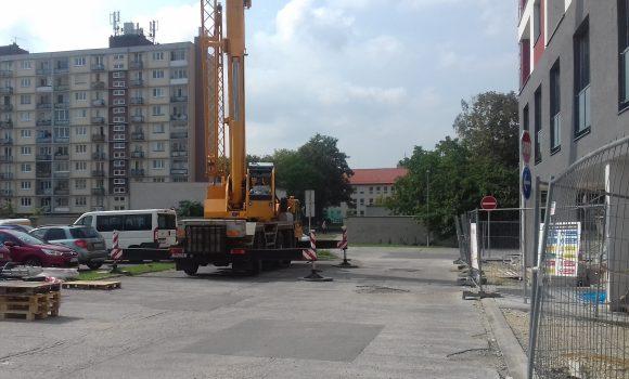 Parkovisko pri tržnici obsadia stavebné stroje