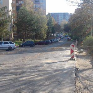 Na ulici Bazovského sa stavajú nové parkoviská aj chodník