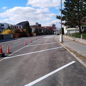 Modré čiary na parkoviskách postupne vystriedajú biele
