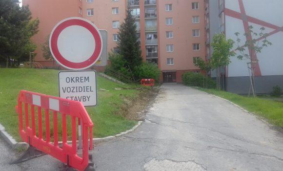 Na Lavičkovej okrem parkoviska bude aj nový chodník