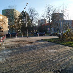 Parkovacie stĺpiky pri zimnom štadióne