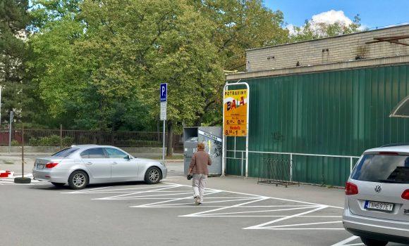 Parkovanie pre vozidlá rodičov je vyznačené aj pri ZŠ Dlhé Hony