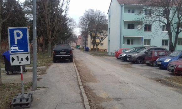 Parkovanie na chodníku na Strojárenskej je už zrušené