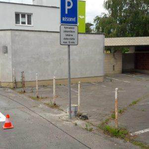 Pred lekárňou parkujte iba na vyznačených miestach