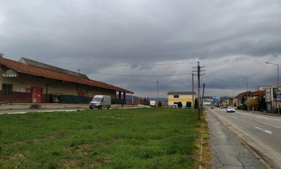 Mesto plánuje parkovisko pri zlatovskej železničnej stanici